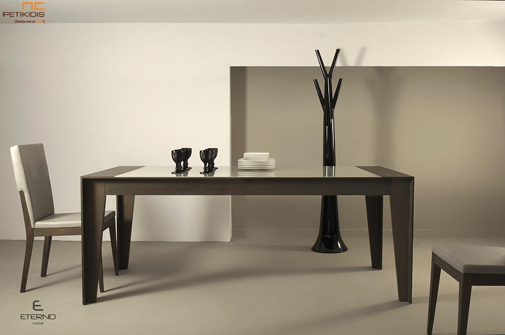 Τραπέζι Aria σε ξύλο δρυς με τζάμι στο καπάκι.Διαθέτει δυνατότητα προέκτασης.