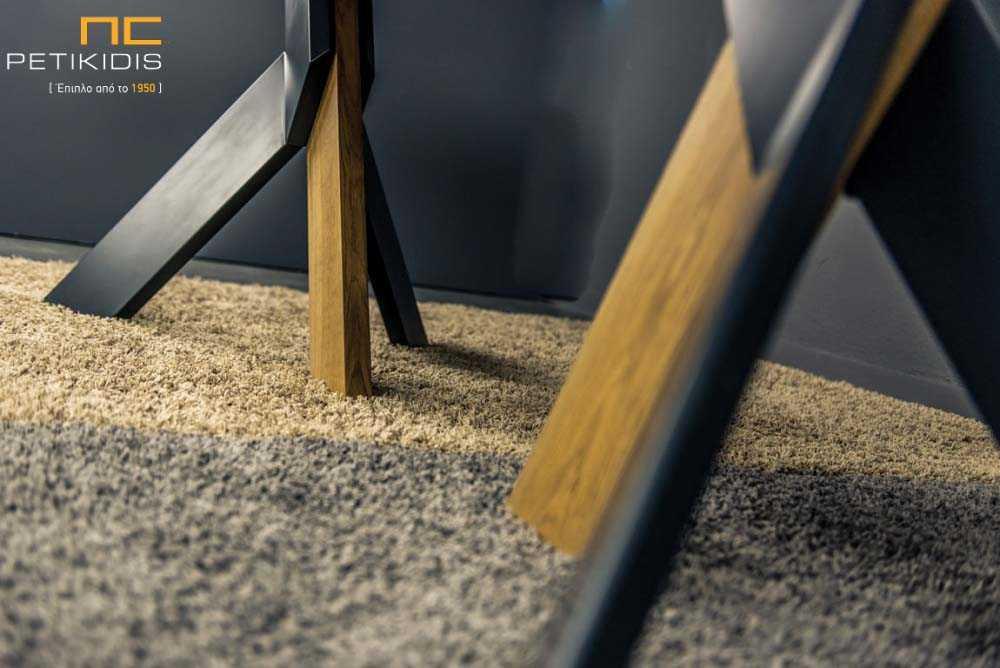 Τραπεζαρία Flex από ξύλο ρουστίκ δρυς με λεπτομέρειες στα πόδια λάκα. Λεπτομέρεια ποδιών.