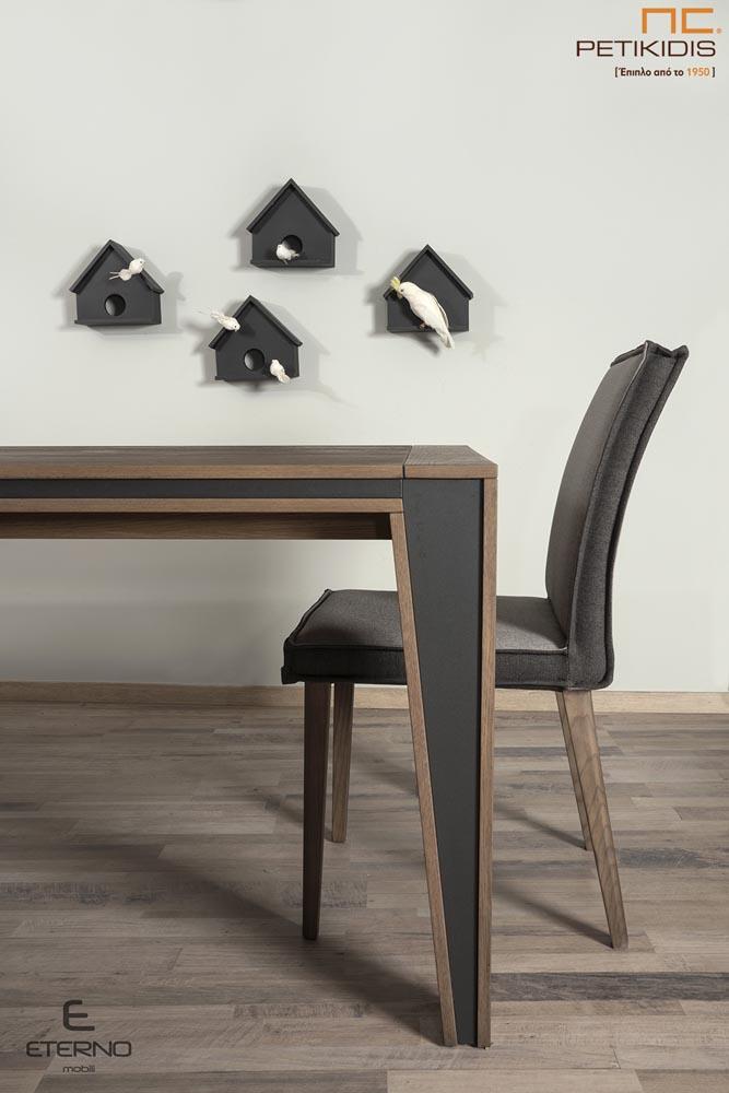 Τραπεζαρία Harmony από ξύλο δρυς και λεπτομέρειες με λάκα.Διαθέτει δυνατότητα προέκτασης. Καρέκλες Hrmony με διπλό χρώμα στο ύφασμα. Λεπτομέρεια ποδιού.