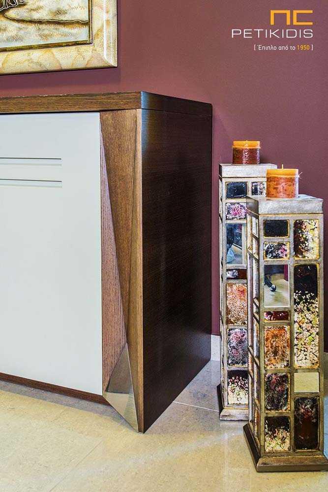 Τραπεζαρία Νο526 από ξύλο δρυς και λάκα .Ο μπουφές διαθέτει τέσσερα ντουλάπια και το τραπέζι έχει προέκταση. Λεπτομέρεια ποδιού μπουφέ.
