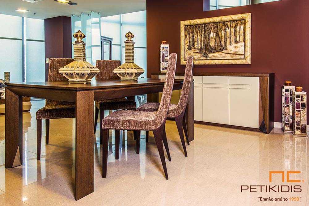 Τραπεζαρία Νο526 από ξύλο δρυς και λάκα .Ο μπουφές διαθέτει τέσσερα ντουλάπια και το τραπέζι έχει προέκταση.