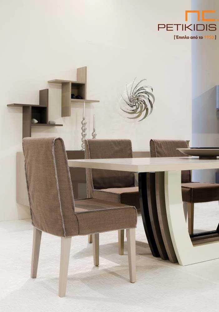 Τραπέζι Notos. Διαθέτει κεντρικό πόδι από τέσσερα διαφορετικά χρώματα λάκας λάκα και έχει τη δυνατότητα προέκτασης και από τις δύο πλευρές του. Λεπτομέρεια βάσης τραπεζιού.