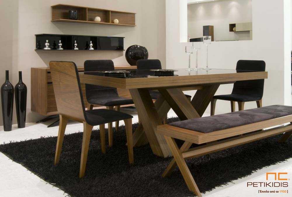 Τραπεζαρία Pass από ξύλο καρυδιάς με γυαλί στο καπάκι. Το τραπέζι διαθέτει προέκταση και από τις δύο πλευρές του με κεντρική δάση. Καρέκλες Νο150 σε ύφασμα αλέκιαστο και αδιάβροχο και πάγκος Pass.