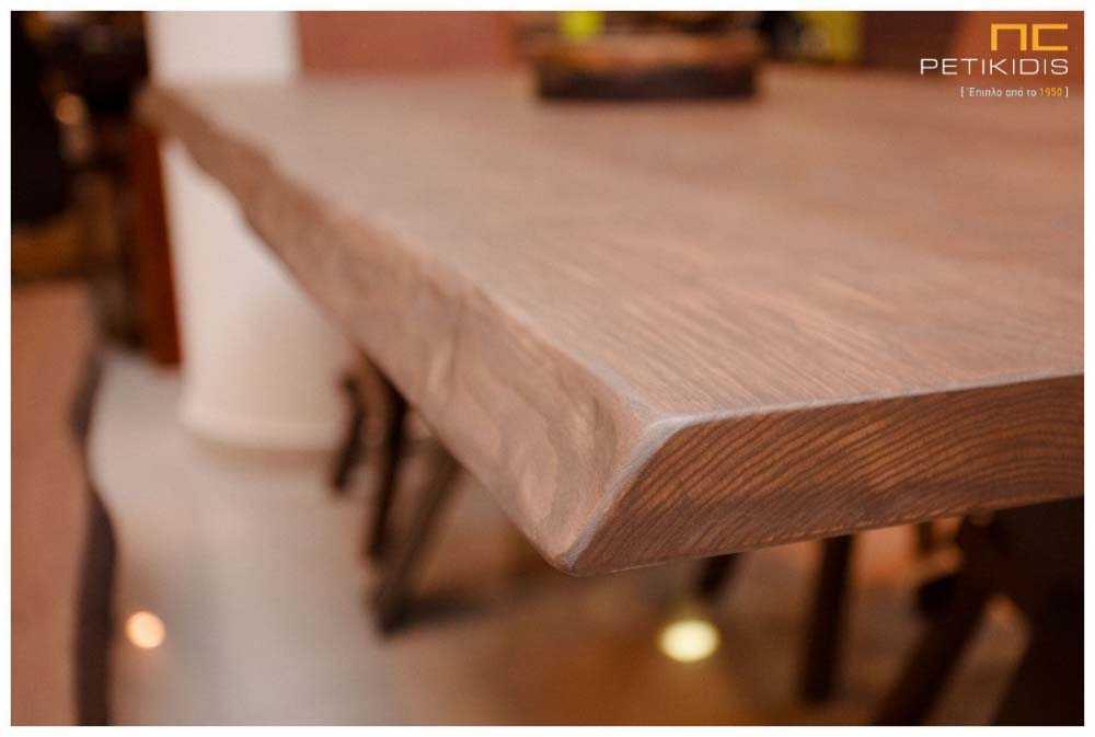 Τραπεζαρία Prestige με μασίφ δρυς ξύλο.Η βάση του είναι μεταλλική και έχει δυνατότητα να συνδυαστεί με καρέκλες και πάγκο σε μασίφ ξύλο. Λεπτομέρεια.