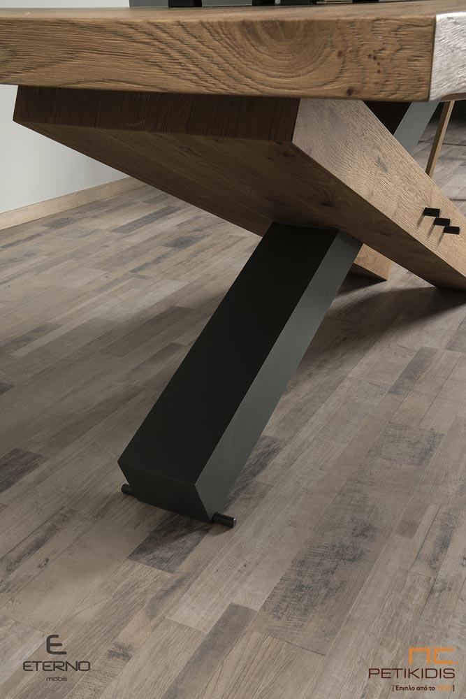 Τραπέζι RUBIC από ξύλο ρουστίκ δρυς και διακοσμητική λάκα με κεντρικό πόδι.Διαθέτει δυνατότητα προέκτασης. Λεπτομέρεια βάσης.