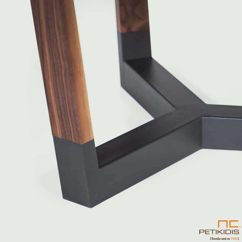 Τραπέζι Sito T154 ροτόντα σε ξύλο καρυδιάς και λεπτομέρειες λάκας στη βάση. Λεπτομέρεια.