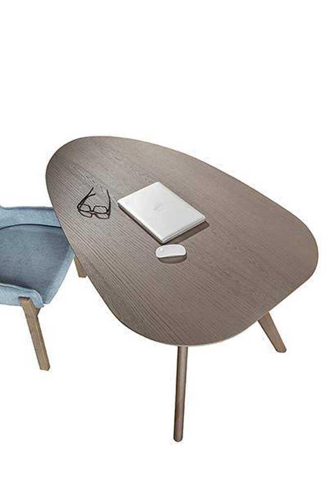 Γραφείο Prime από ξύλο δρυς με ιδιαίτερο σχεδιασμό. Το περίτεχνο σχήμα του δίνει μία ξεχωριστή νότα στο χώρο. Λεπτομέρεια.