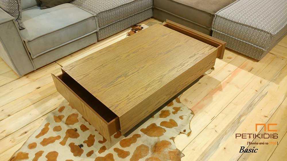 Τραπεζάκι σαλονιού Basic από ξύλο δρυς ρουστίκ. Διαθέτει δύο μεγάλα συρτάρια.
