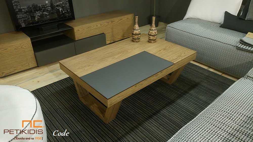 Τραπεζάκι σαλονιού Code από ξύλο δρυς ρουστίκ και λάκα. Διαθέτει σερβιτόρο και αποθηκευτικό χώρο.