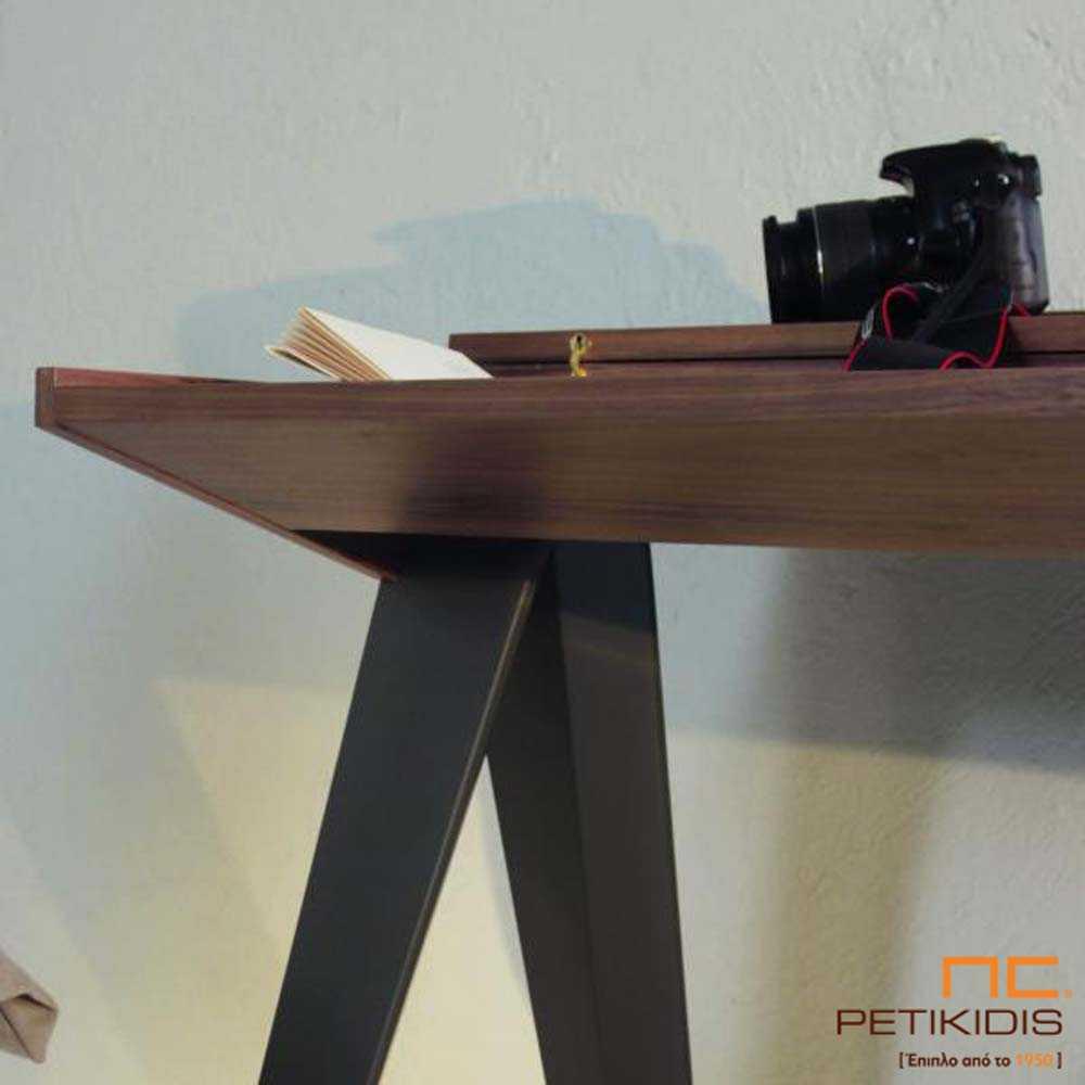 Γραφείο Seven από ξύλο καρυδιάς και λάκα. Διαθέτει αποθηκευτικό χώρο και μπορεί να κάνει και τη χρήση κονσόλας. Λεπτομέρεια.