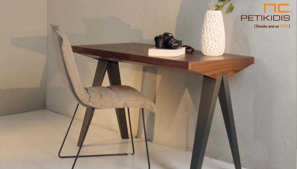 Γραφείο Seven από ξύλο καρυδιάς και λάκα. Διαθέτει αποθηκευτικό χώρο και μπορεί να κάνει και τη χρήση κονσόλας .