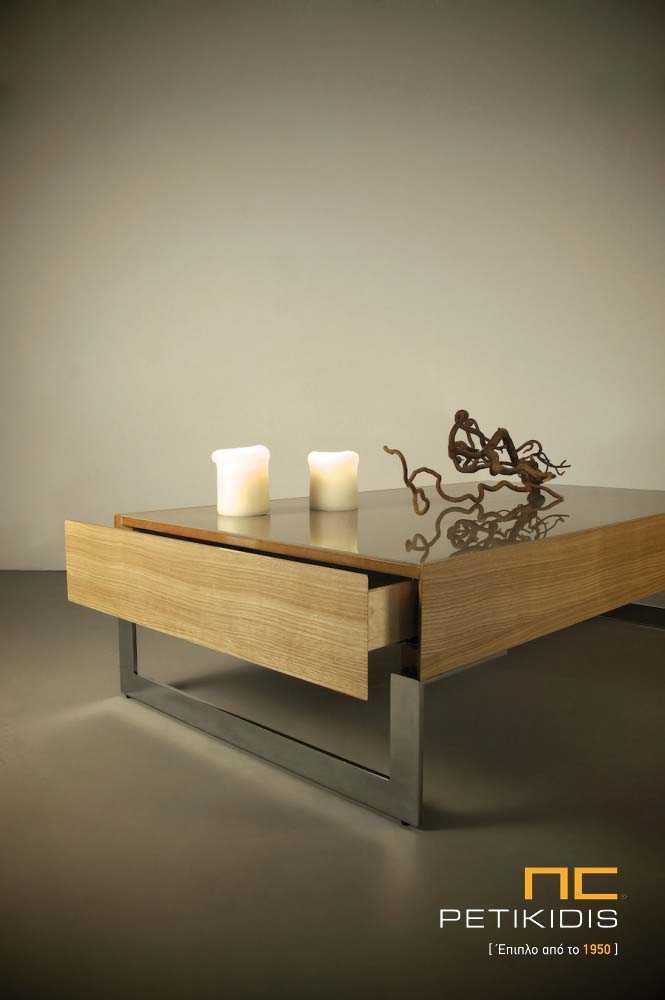 Τραπεζάκι σαλονιού Basic από ξύλο δρυς και λάκα και μεταλλικά πόδια. Διαθέτει δύο μεγάλα συρτάρια. Λεπτομέρεια.