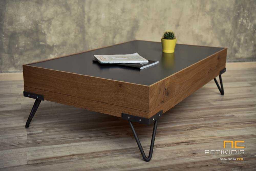 Τραπεζάκι σαλονιού Play από ξύλο δρυς ρουστίκ, λάκα και μεταλλικά πόδια. Διαθέτει ένα μεγάλο συρτάρι για αποθήκευση.