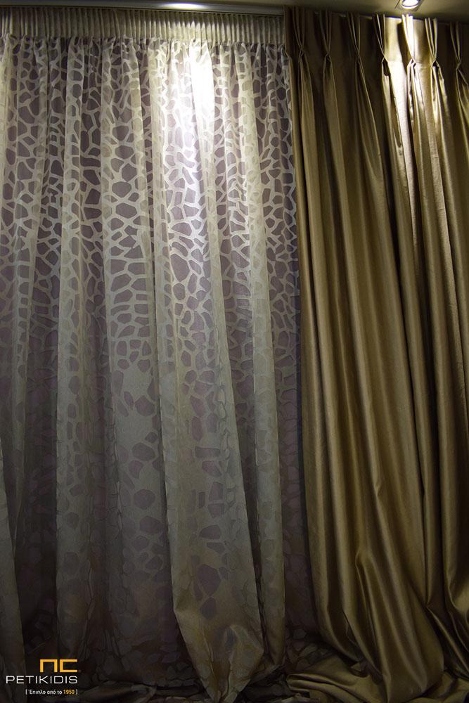 Κουρτίνα διάφανη ντεγκραντέ με χρωατισμούς εκρού, γκρι και καφέ. Πλαϊνή κουρτίνα ταφτάς διπλής όψης σε καφέ και χρυσό χρωματισμό (κωδ. ΚΡΤ276)