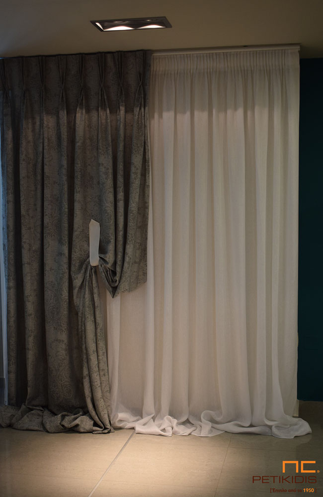 Κουρτίνα από λινό λευκό ύφασμα και στο πλάι σχέδιο με λαχούρι σε γκρι χρώμα (κωδ. ΚΡΤ279)