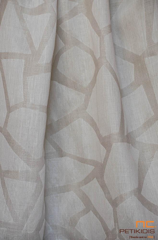 Κουρτίνα λεπτή ΝοC54/02 σε εκρού και μπεζ αποχρώσεις με ακανόνιστα γεωμετρικά σχήματα. Το φάρδος της είναι 3,30μ και η σύθνεσή της είναι 20% λινό και 80%polyester.