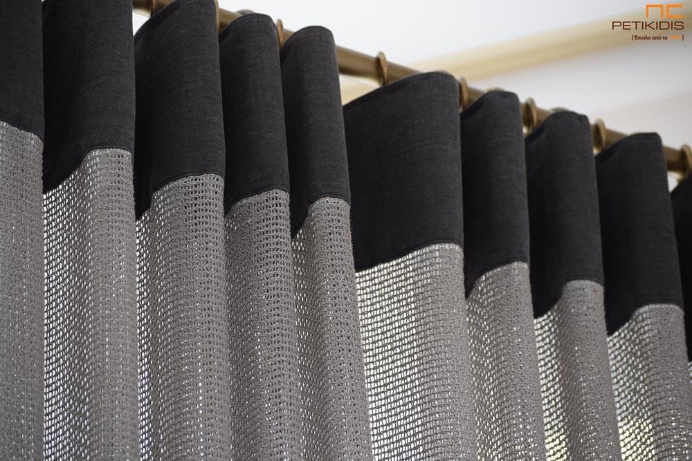 """Κουρτίνα πλαϊνή διακοσμητική ΝοC22/19 δίχτυ σε γκρι-καφέ απόχρωση με φάσα στο πάνω μέρος της ραφής της. Το φάρδος της είναι 3,20μ και η σύνθεσή της είναι 60% βαμβάκι και 40% βισκόζη. Λεπτομέρεια φάσας και ραφής 'Wave""""."""