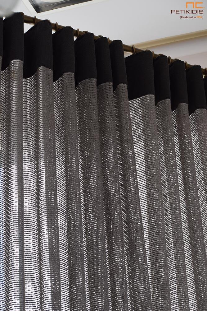 Κουρτίνα πλαϊνή διακοσμητική ΝοC22/19 δίχτυ σε γκρι-καφέ απόχρωση με φάσα στο πάνω μέρος της ραφής της. Το φάρδος της είναι 3,20μ και η σύνθεσή της είναι 60% βαμβάκι και 40% βισκόζη.