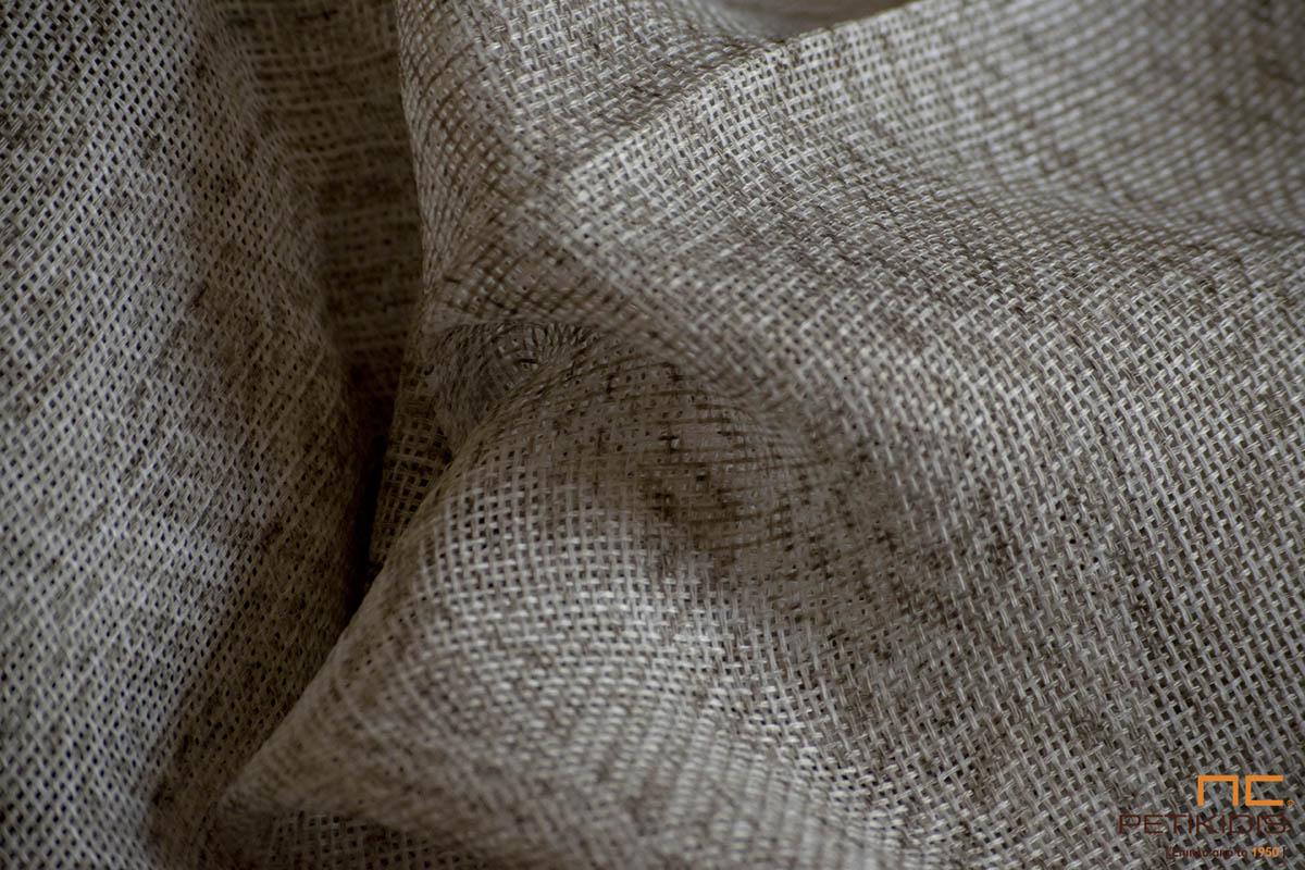 Κουρτίνα λεπτή Νο72/01 σε μπεζ χρώματα με ανάλαφρα γεωμετρικά σχέδια σε μοντέρνο industrial ύφος. Το φάρδος της είναι 3μ και η σύνθεσή της είναι 100% Polyester.