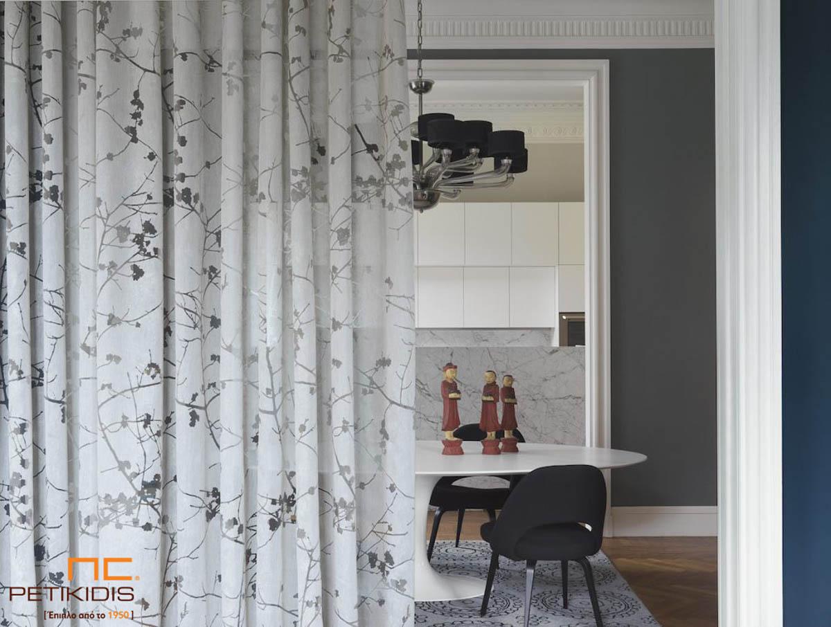 """Κουρτίνα λεπτή του οίκου Via Roma """"Elisir"""" σε λευκό και διάφανα σχέδια κλαδιών με λουλούδια.Το φάρδος της είναι 3μ και η σύνθεσή της είναι 60% βισκόζη,30% polyester,10% λινό."""