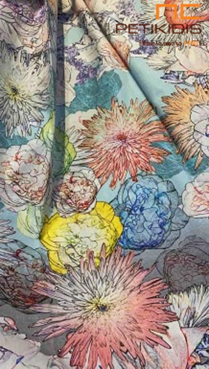 Κουρτίνα λεπτή και πλαϊνή διακοσμητική ιδανική για κρεβατοκάμαρα Η βάση της είναι σε μπλε ανοιχτή απόχρωση και τα ακανόνιστα λουλούδια της είναι σε χρώματα κίτρινο,μπλε σκούρο και πορτοκαλί κοραλλί. Είναι σε vintage διάθεση.