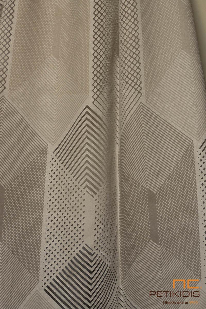 Κουρτίνα λεπτή και πλαϊνή διακοσμητική ΝοC73/01 με γεωμετρικά σχέδια και διαφάνειες σε μοντέρνο ύφος. Τα χρώματά της είναι σε εκρού και καφέ αποχρώσεις. Το φάρδος της είναι 3μ. και η σύνθεσή της είναι 85% Rayon και 15% Polyester. Λεπτομέρεια σχεδίου και χρωμάτων.