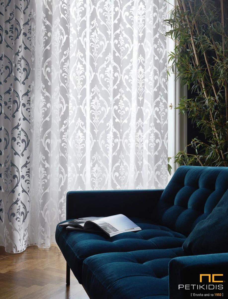 """Κουρτίνα του οίκου Via Roma """"Ezra"""" σε κλασικό ύφος. Λευκή δάση με διάφανα σχέδια τύπου μπροκάρ. Το φάρδος της είναι 3μ και η σύνθεσή της είναι 70%polyester,30% βαμβάκι."""