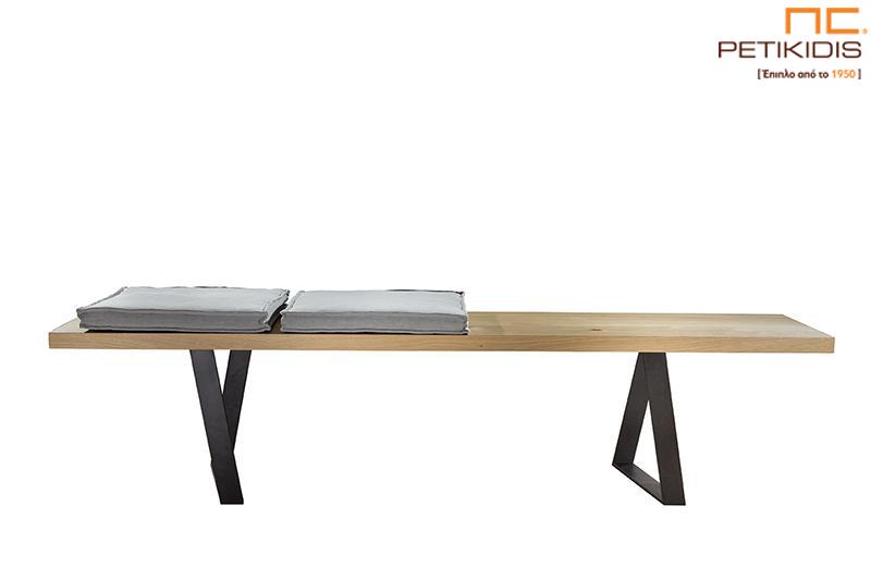 Πάγκος Train με πόδια από μέταλλο και βάση ξύλο. Τα μαξιλάρια στο κάθισμα είναι σε γκρι αδιάβροχο και αλέκιαστο ύφασμα.