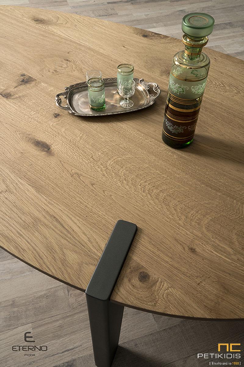 Τραπεζάκι σαλονιού Earth από ξύλο δρυς ρουστίκ και λάκα γκορφέ στα πόδια. Ιδιαίτερο σχήμα και ιδανικό για μικρούς χώρους.Λεπτομέρεια.