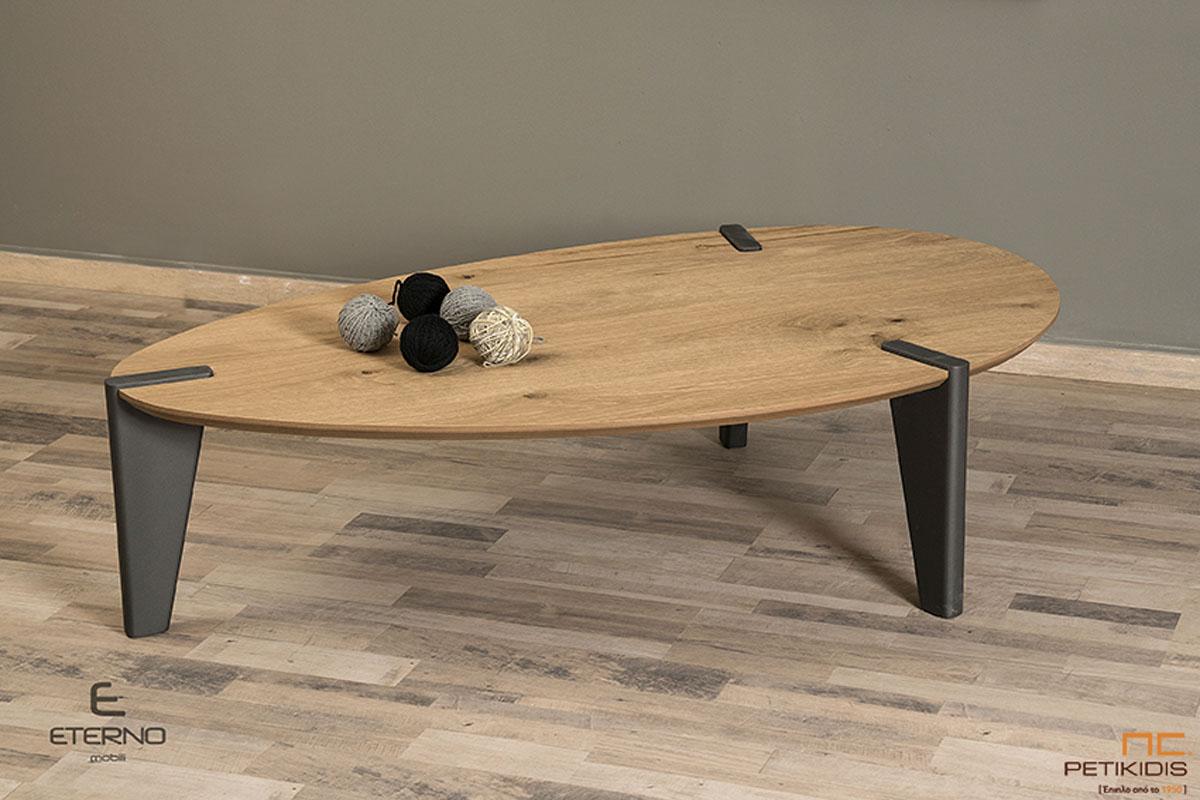 Τραπεζάκι σαλονιού Earth από ξύλο δρυς ρουστίκ και λάκα γκορφέ στα πόδια. Ιδιαίτερο σχήμα και ιδανικό για μικρούς χώρους.