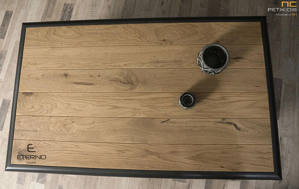 Τραπεζάκι σαλονιού Free από ξύλο δρυς ρουστίκ και λεπτομέρειες από λάκα. Ιδανικό για μικρούς χώρους. Λεπτομέρεια.