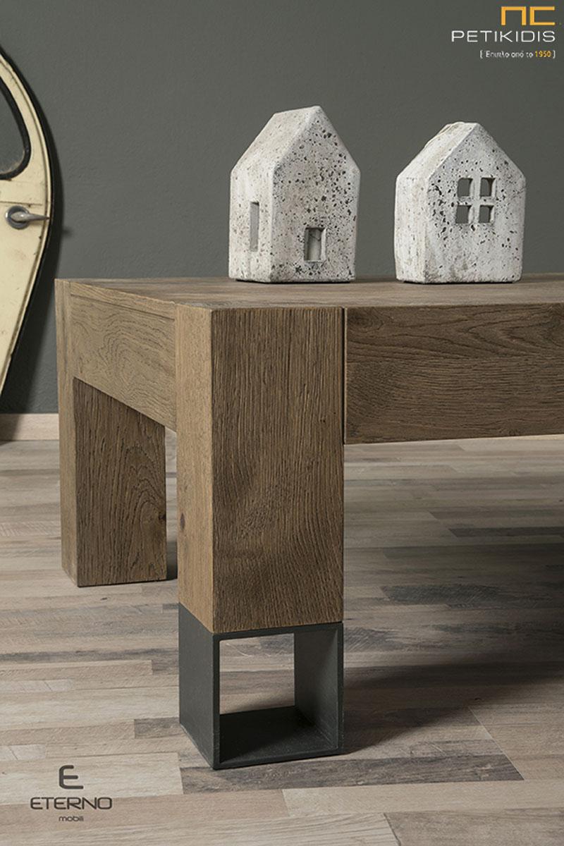 ΄Τραπεζάκι σαλονιού Prado από ξύλο δρυς ρουστίκ με λεπτομέρειες μεταλλικών λεπτομερειών. Λεπτομέρεια.