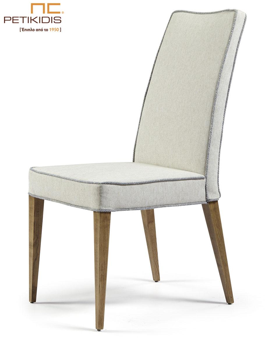 Καρέκλα Νο141Α-01 με μασίφ ξύλινα πόδια. Το ύφασμα είναι εκρού αλέκιαστο και αδιάβροχο και διαθέτει δίχρωμο διακοσμητικό κορδόνι σε γκρι τόνους.