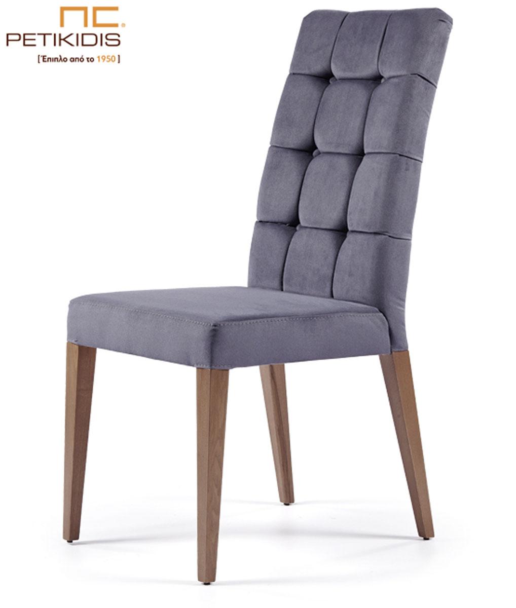 Καρέκλα Νο141Β-01 με μασίφ ξύλινα πόδια. Η πλάτη της είναι καπιτονέ δίνοντας ένα ιδιαίτερο στοιχείο στο minimal σχεδιασμό της. Το ύφασμα είναι σε γκρι μπλε αποχρώσεις αδιάβροχο και αλέκιαστο.