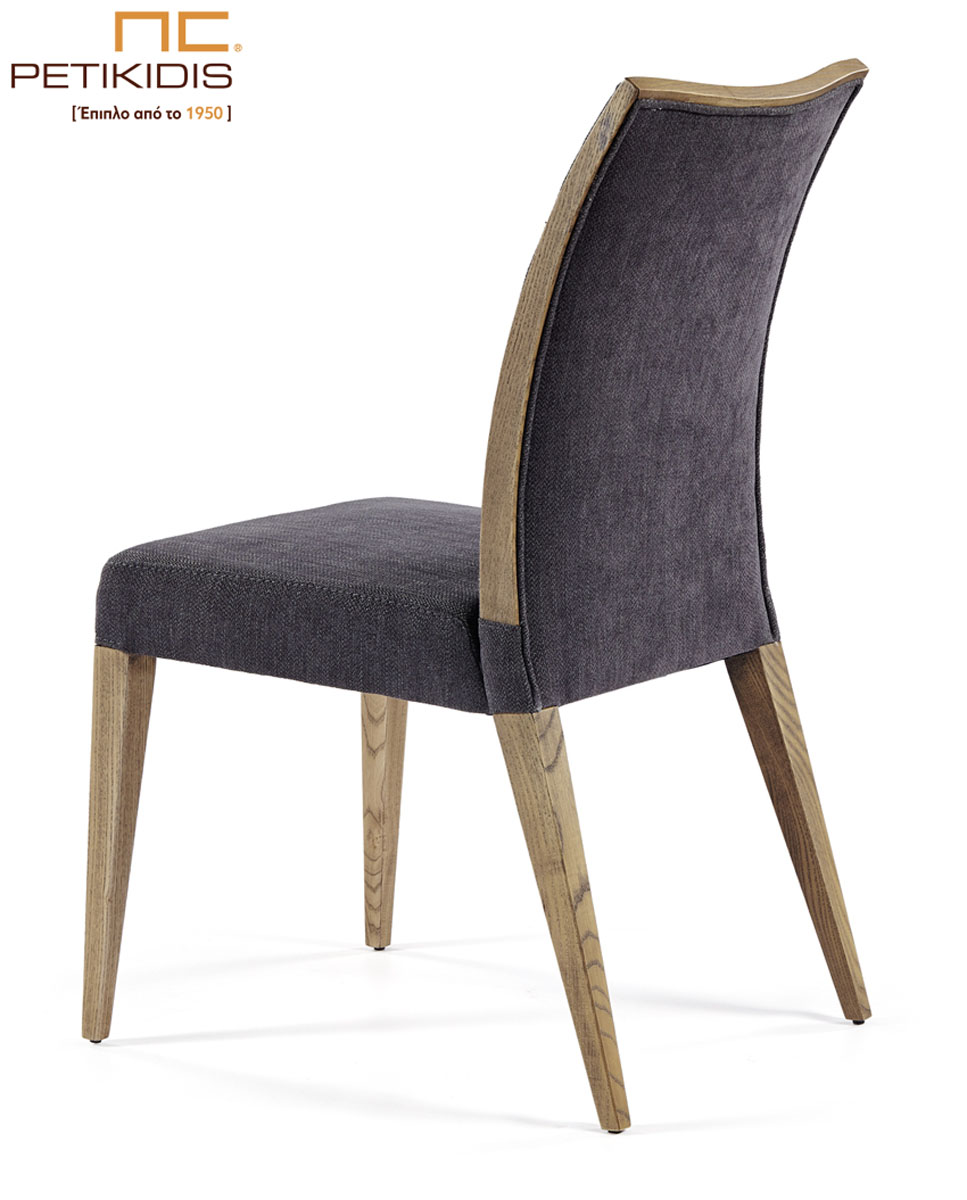 Καρέκλα Νο159-01 με λεπτομέρειες από ξύλο δρυς στην πλάτη.Το ύφασμα είναι σε σκούρο γκρι χρώμα αλέκιαστο και αδιάβροχο.