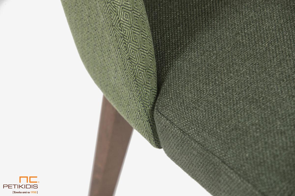 Καρέκλα Marien A93 με ξύλινη μασίφ βάση και υφασμάτινη πλάτη. Το ύφασμα είναι σε δύο αποχρώσεις του πράσινου σκούρο στο κάθισμα και ανοιχτόχρωμο στην πλάτη. Λεπτομέρεια.