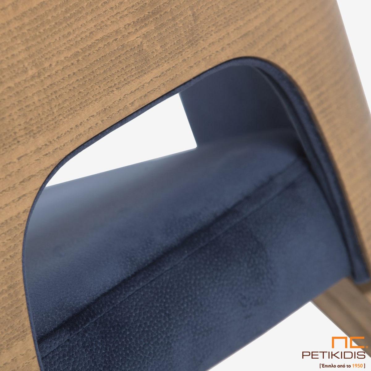Καρέκλα Marien Plus A93 με ξύλινη μασίφ βάση και περίτεχνη ξύλινη πλάτη. Το ύφασμα είναι σε μπλε σκούρο χρώμα αδιάβροχο και αλέκιαστο. Λεπτομέρεια.