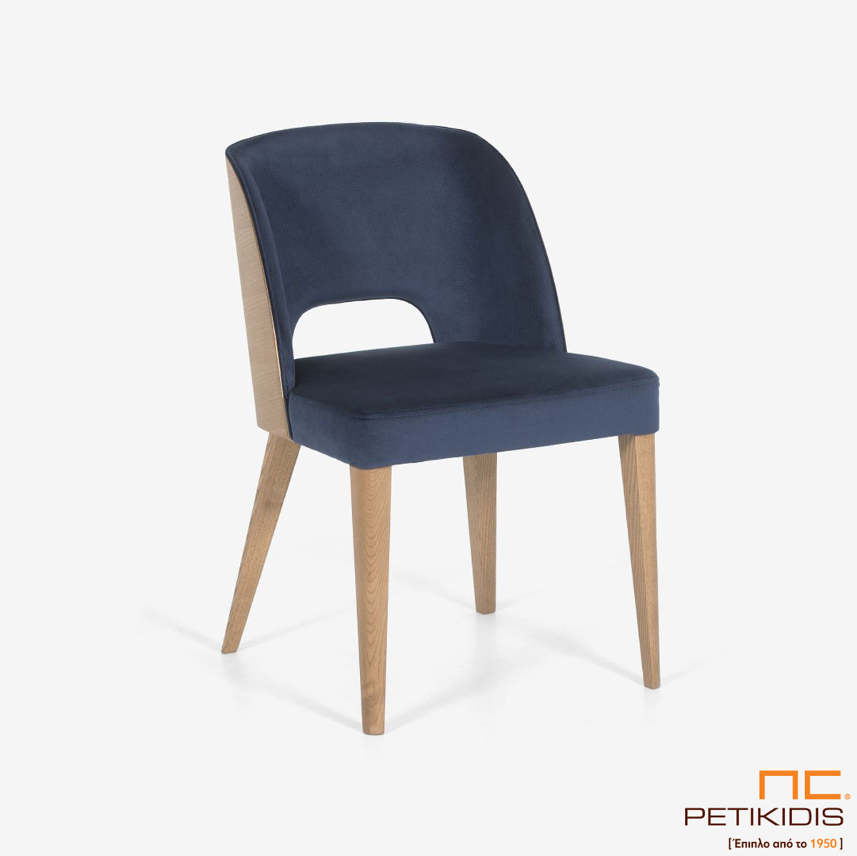 Καρέκλα Marien Plus A93 με ξύλινη μασίφ βάση και περίτεχνη ξύλινη πλάτη. Το ύφασμα είναι σε μπλε σκούρο χρώμα αδιάβροχο και αλέκιαστο.