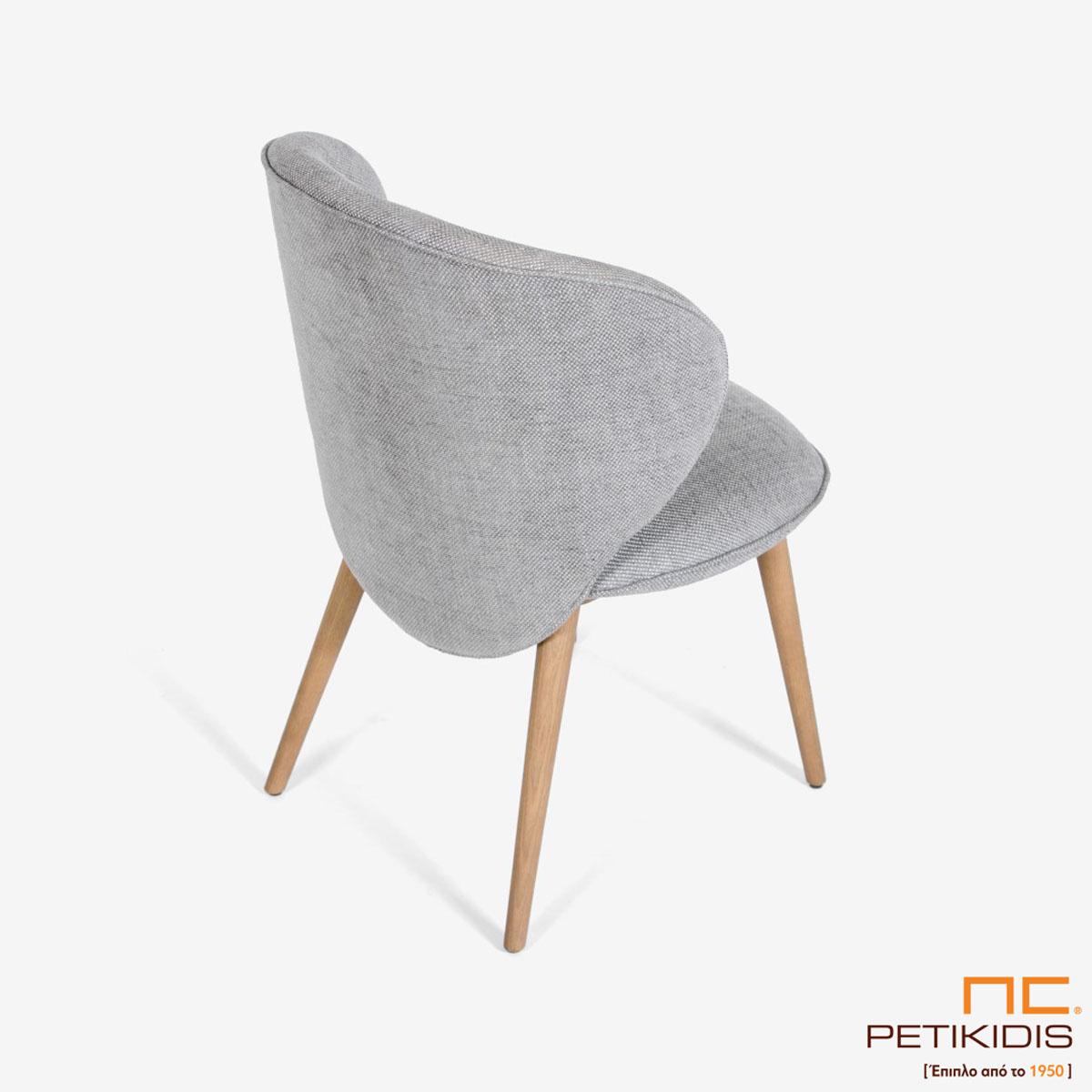 Καρέκλα Rose Α91 με μασίφ ξύλινα πόδια. Η πλάτη έχει ιδιαίτερο σχεδιασμό και ύφασμα σε γκρί αποχρώσεις αλέκιαστο και αδιάβροχο. Λεπτομέρεια.