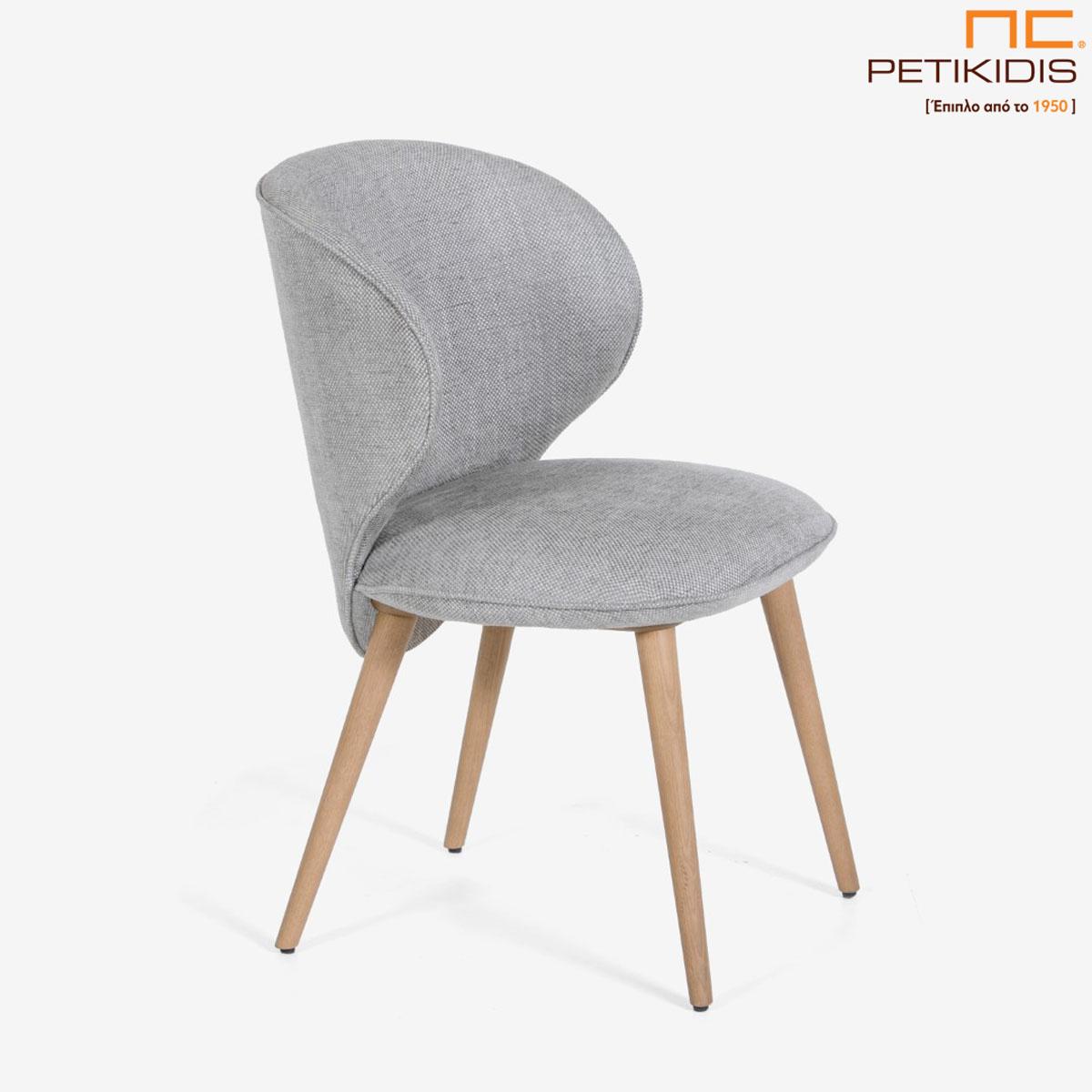 Καρέκλα Rose Α91 με μασίφ ξύλινα πόδια. Η πλάτη έχει ιδιαίτερο σχεδιασμό και ύφασμα σε γκρί αποχρώσεις αλέκιαστο και αδιάβροχο.