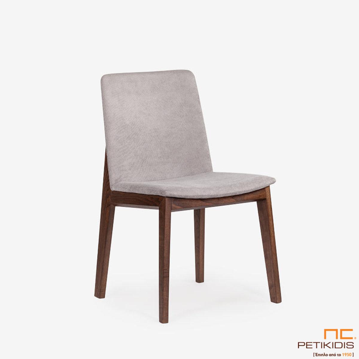 Καρέκλα Talia με ξύλινη βάση και ιδιαίτερη ξύλινη λεπτομέρεια στην πλάτη.Το ύφασμα είναι αδιάβροχο και αλέκιαστο σε γκρι τόνους.