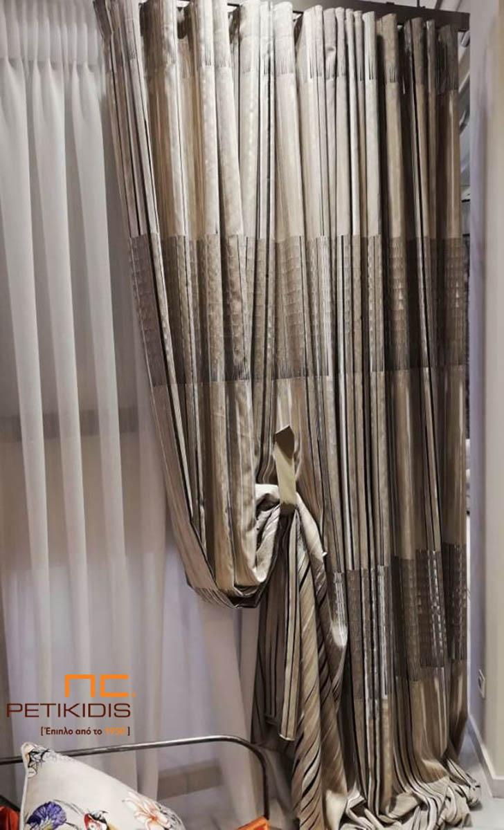 Κουρτίνα σε μπεζ, καφέ και μαύρες ρίγες με λεπτομέρειες διαφάνειας και κουρτίνα λεπτή λινή εκρού.