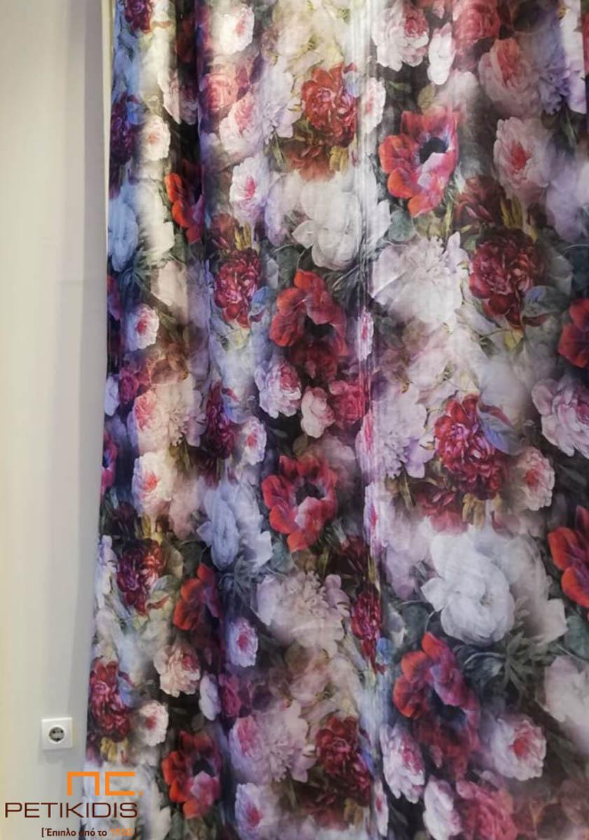 Κουρτίνα με έντονα λουλούδια σε vintage ύφος με χρώματα σε μπεζ, κόκκινο και καφέ τόνους.