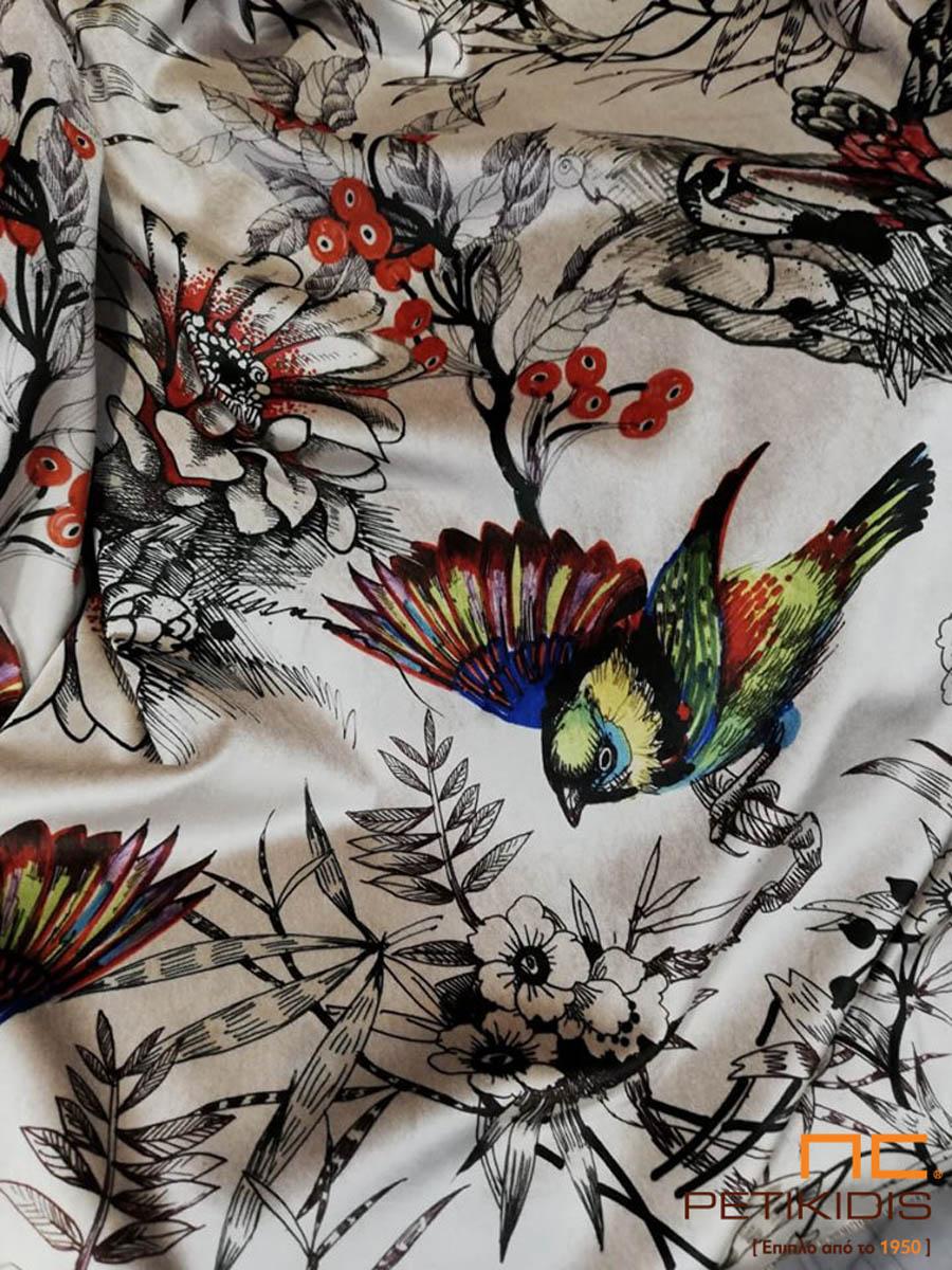 Κουρτίνα με έντονα χρώματα και παράσταση από πουλιά και λουλούδια.