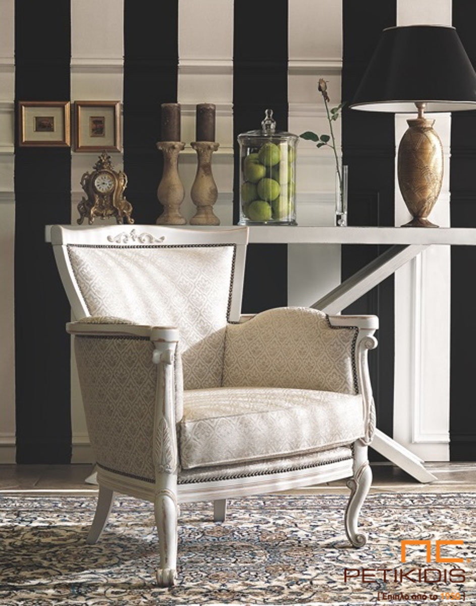 Πολυθρόνα Venezia σε νεοκλασικό ύφος. Διαθέτει λεπτομέρειες ξύλου με λευκή πατίνα και στο ύφασμα υπάρχουν λεπτομέρειες με μεταλλικό καμπαρά.