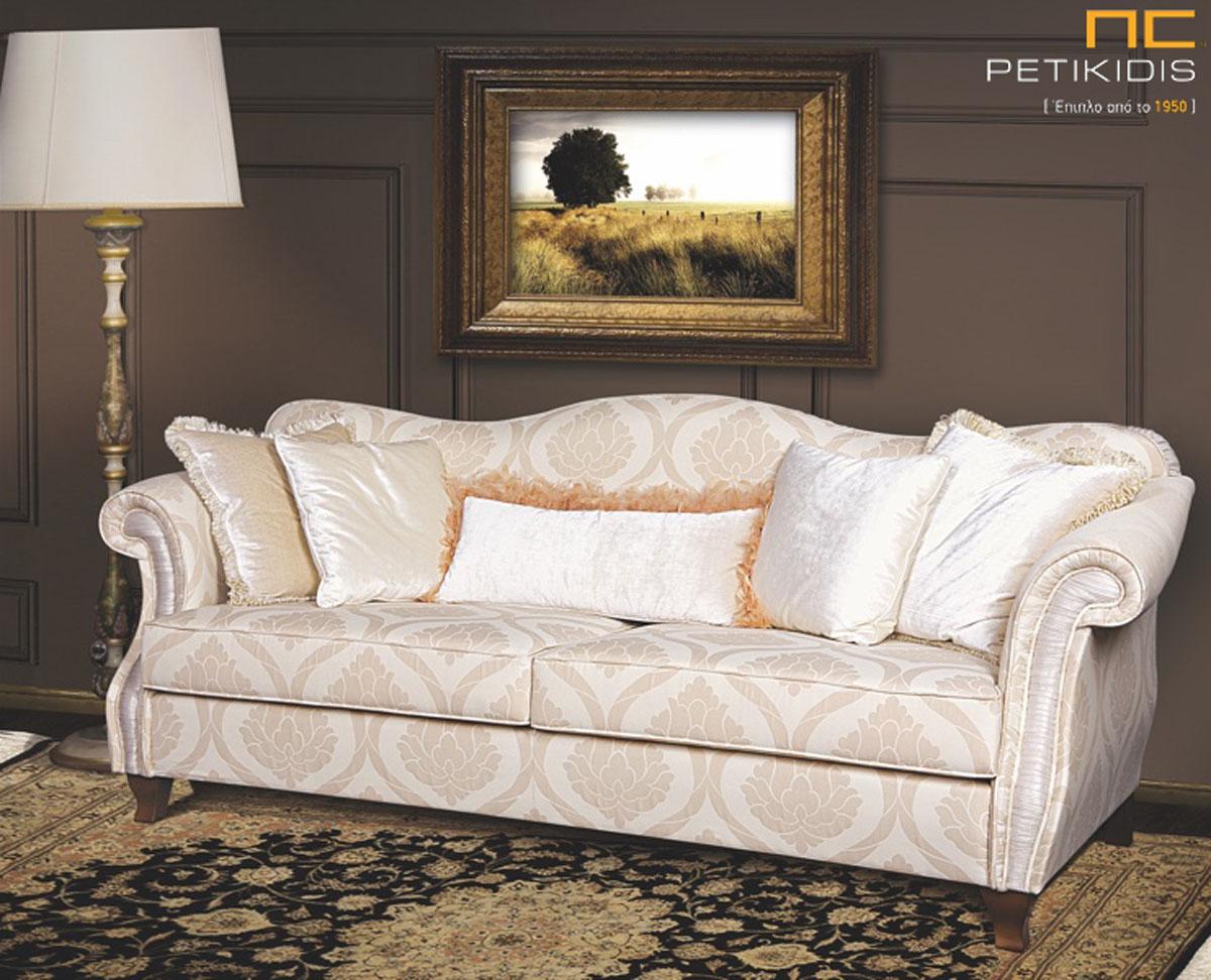 Σαλόνι Sirocco σε συνδυασμό διθέσιου και τριθέσιου καναπέ σε νεοκλασικό ύφος. Τα καμπυλωτά μπράτσα και το ιδιαίτερο σχήμα στην πλάτη δίνουν μια αρχοντική αίσθηση. Το ύφασμα είναι σε εκρού αποχρώσεις με λεπτά σχέδια.