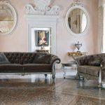 Σαλόνι Venezia σε συνδυασμό διθέσιου και τριθέσιου καναπέ. Έχει λεπτομέρειες από ξύλο σε πατίνα ασημί και στην πλάτη έχει χειροποίητη καπιτονέ τεχνική. Το ύφασμα είναι βελούδο αδιάβροχο σε καφέ τόνους.