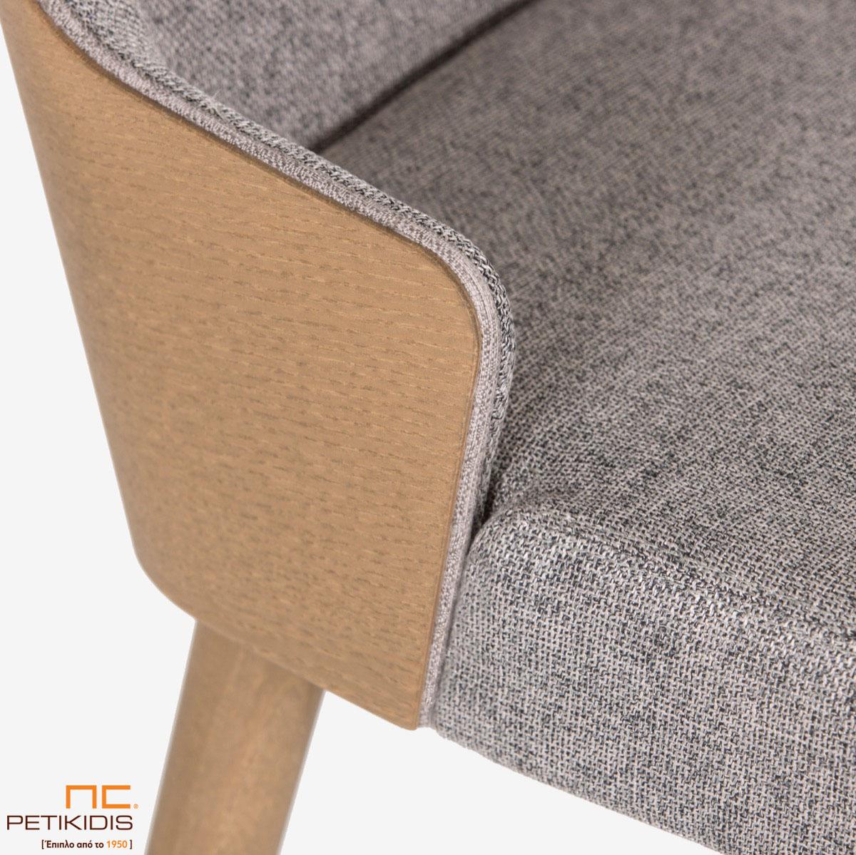 Σκαμπό Lilla ST17 με ξύλο στην πλάτη.Το ύφασμα είναι σε γκρι αποχρώσεις αλέκιαστο και αδιάβροχο. Λεπτομέρεια.